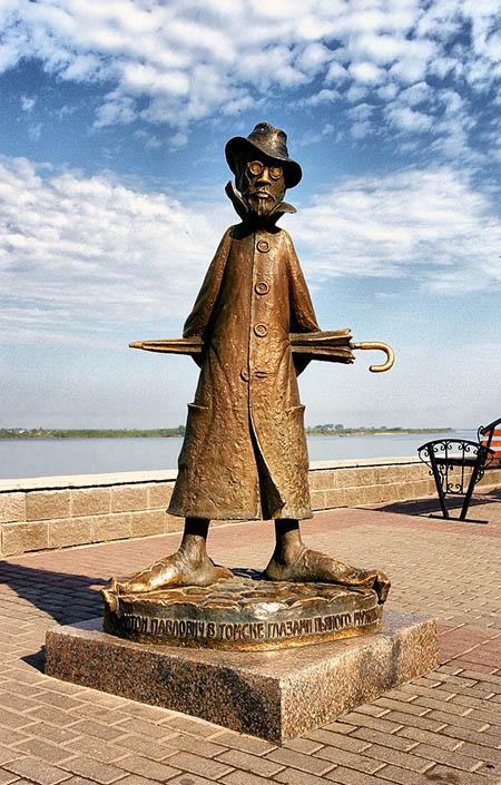 Надпись на памятнике: «Антон Павлович в Томске глазами пьяного мужика, лежащего в канаве и не читавшего Каштанку».